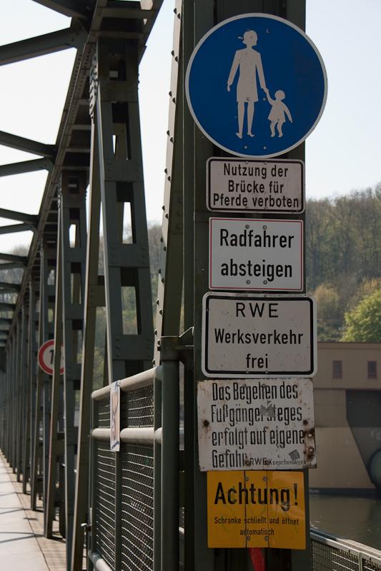 Schilder an der Brücke Hengsteysee
