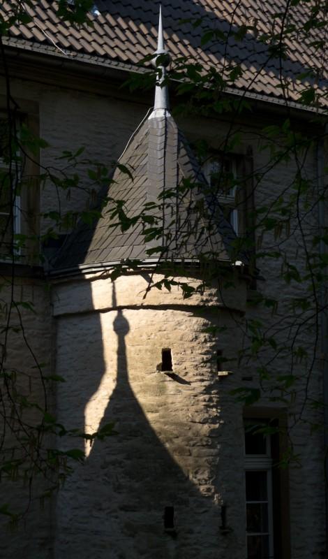 Schatten der Türmchen am Schloss Werdringen